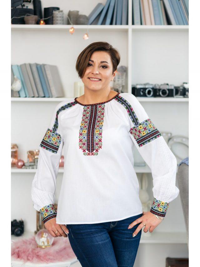 Блузка вишивана яскрава