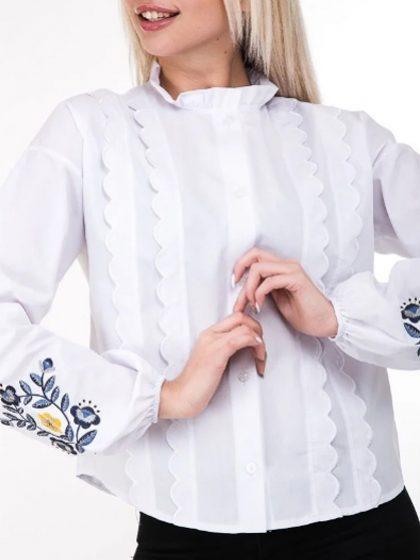 Біла сорочка з яскравими вишитими квітами