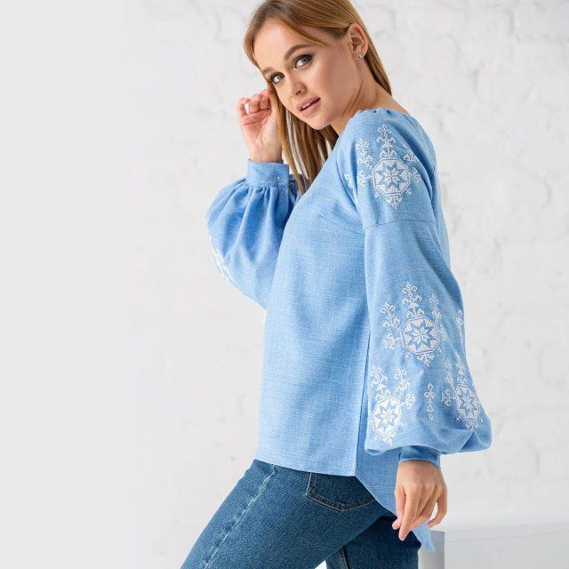 Ніжна блакитна блуза з білою вишивкою