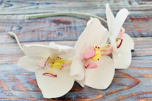 Обруч з білими орхідеями