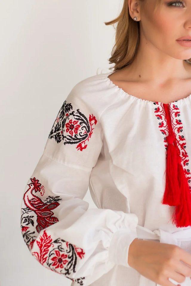 Сукня з домотканого полотна та червоною вишивкою