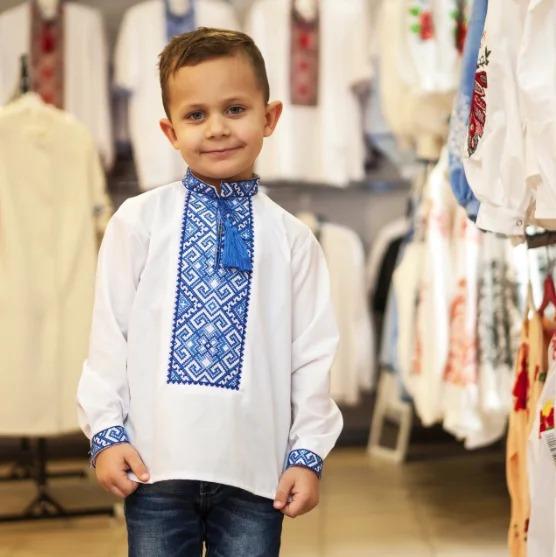 Вишиванка для хлопчика з класичним орнаментом з синьою вишивкою