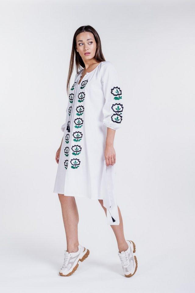 Сукня-вишиванка білого кольору з квітковою вишивкою